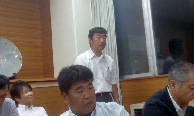 親善招待サッカーの準備状況を説明する矢崎君