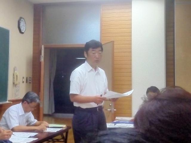 8月28日に行われる親善招待サッカー大会について説明する事務局担当石川くん