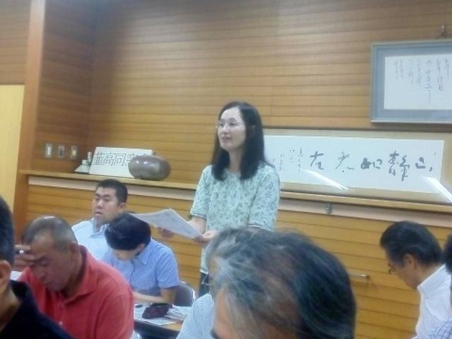 記念誌の進捗について説明する編集委員の高橋さん